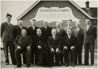 Liessel. 50 jarig jubileum Stoomzuivelfabriek  St. Hubertus  te Liessel. Zittende v.l.n.r. : P. Beks ( president R. v. T. ), pastoor van Kemenade ( G.A. ), J. Damen ( voorzitter ), A. Joosten ( vice voorzitter ), staande, v.l.n.r. : H. Aarts, Joh. Van de Mortel ( leden R.T. ), M. Krekels, Jol Jansen, H. Verbugt ( bestuursleden ), H. Hijbers ( directeur ), P. van Lieshout en A. Geboers ( leden ). Datum jubileum 26 november 1957