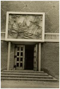 Vlierden. Hoofdingang van de Parochiekerk aan de Pastoriestraat, boven de ingang het kunstwerk wervaardigd door Dhr. Jacobs uit Vlierden