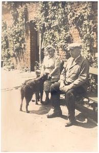 Jacobus Beijk met zus Maria voor hun huis