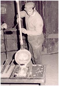 Het produktieproces van zink in de Kempensche Zink Maatschappij (KZM), Budelco: het gieten van vloeibare zink in een vorm door een zinkgieter J. Thijsen: Dit werd tot ongeveer 1973 in zinkfabriek uitgevoerd. Het zink werd met een trekker uit een retort in de gietpan getrokken