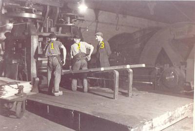 Het produktieproces bij de Kempense Zink Maatschappij Budelco: het walsen van Pakket zink op een zogenaamde Krupp Wals