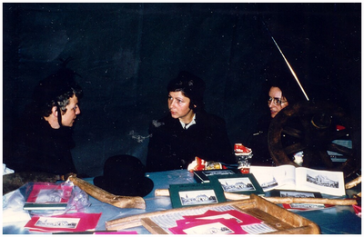 Verkoop tijdens een boerenmarkt op het Capucijnerplein. Dames verkoopsters: 1. Annie Hendriks; 2. Annie Vlassak; 3. Leonarda Vlassak