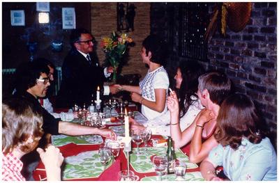 Afsluitend etentje voor team wat het boek heeft samengesteld en verkocht. De voorzitter Toon Ras overhandigt bloemetje aan Annie Vlassak in restaurant de Munt in Weert. 1.Harrie Jaspers; 2. Jef Vlassak; 3. Chrit Hendriks; 4. Toontje Ras; 5. Annie Vlassak-Engelen; 6. Leonarda Vlassak-Nouwen; 7. Annie Hendriks-Knapen; 8. Tiny Jaspers