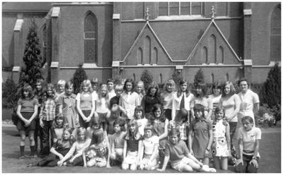 Klas 2 volgschool, St. Annaschool, met zr. Generose, hoofd van de school