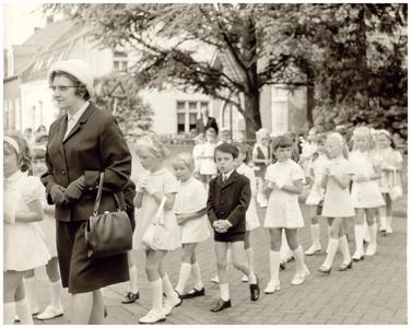Communicanten parochie O.L.V. Visitatie: 1e communicantjes in processie naar de kerk: o.l.v.: zuster Imelda;