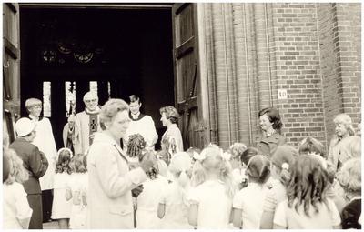 Communicanten parochie O.L.V. Visitatie: communicantjes worden verwelkomd door: pastoor v.d. Heuvel;
