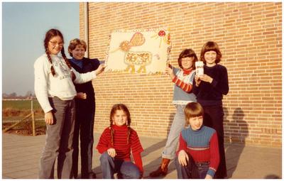 Officiele opening Annaschool: het tonen van wandkleed speciaal gemaakt voor de opening van de St. Annaschool, later school de Schatkist