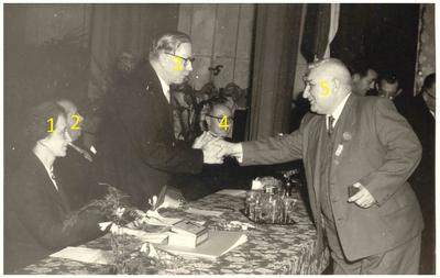 Het vieren van het jubileum van Andre Dor bij de Zinkfabriek: Het feliciteren van Andre Dor door Dhr J. Bekelaar
