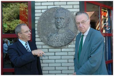 De nabestaande van Dr. Mathijsen, rechts Guus Mathijsen (2.), kleinzoon van de broer van Dr. Mathijsen