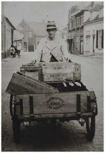Het bezorgen van bier van de Budelse Brouwerij met bakfiets door Lon Aarts. Wilhelmus Cornelis (Lon) Aarts, geb. 02-05-1911 - 07-05-1996