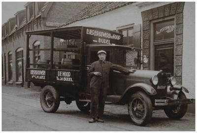 Het transporteren van Brouwerij de Hoop later Budels Bier met een T-fordje door bezorger Grad van Engelen, hier voor café van wed. Peerlings-Geven