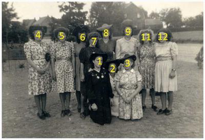 Het 25-jarig bestaan van Derde Orde van St Fransiscus : vrouwelijke leden. Geknield v.l.n.r.: Martha v.Eerdewegh; Staande: Drika Lamers; Lies Kuppens; Marie Lamers; Lies Steijvers;
