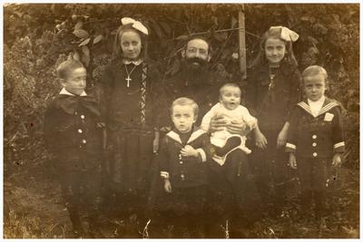 Kinderen familie Slenders-de Goei. Wilhelmina 1914, Maria 1917, Andreas 1919, Jan 1921, Leo 1923, Laurens(Frins) 1926: 1. Leo Slenders-de Goei; 2. Frins Slenders-de Goei; 3. Jan Slenders-de Goei; 4. Dries Slenders-de Goei; 5. Mina Slenders-de Goei; 6. Pater Adelbertus; 7. Betsie Slenders-de Goei