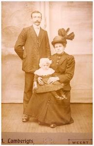 Echtpaar 1. Peer Slenders, 3. Cathrien de Goeij: met dochter 1. Wilhelmina geb. 11-12-1914