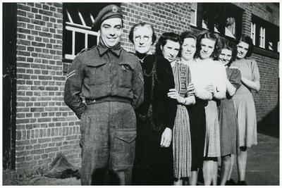 Het terugkeren Th. Vonken, militair bij de Pr. Irenebrigade, bij slagerij Vonken na de bevrijding: 1. Th. Vonken;