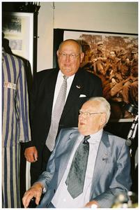 Bevrijdingsherdenking 50 jaar : Opening herdenkingstentoonstelling in het Schepenenhuis. Dhr Piet van Hout (initiator) zoon van oud burgemeester en dhr Ernst Hoijer oud kampgevangene WOII. 1. dhr Piet van Hout; 2. dhr Ernst Hoijer;