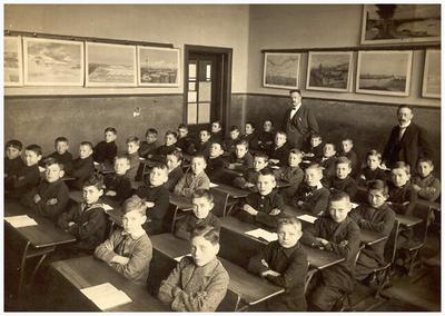 35. hoofd L.M. Zegers; 41. onderwijzer S.H. Winkelmolen