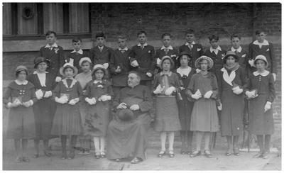Plechtige H. Communie : rector F.R. Meuwese. 6. rector F.R. Meuwese