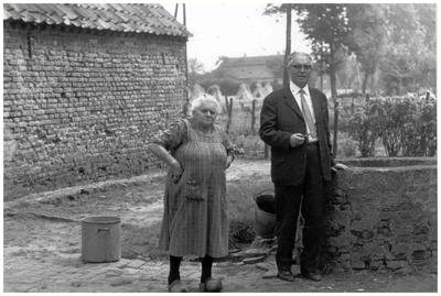 Joanna Maria Beks en dhr Aloyisius Aarts op erf achter haar huis