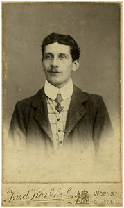 19-jarige Francis van Asten : oprichter van Autobusdienst F. van Asten. 1. Francis van Asten;
