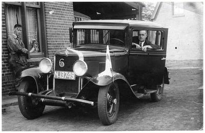 De eerste taxi van de Autobusdienst F. van Asten