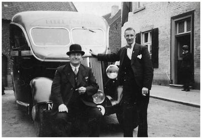 Vader Francis en zoon Jac van Asten voor een bus van Autobusdienst F. van Asten. 1. Francis van Asten; 2. Jac van Asten;