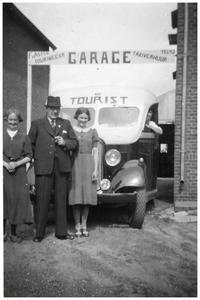 Francis van Asten met dochter Trees en echtgenoot Jordina van de Meerendonk voor een bus van Autobusdienst F. van Asten. 1. Jordina v.d. Meerendonk; 2. Francis van Asten; 3. Theresia van Asten;