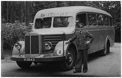Chauffeur J. Kreij voor de Mercedesbus van Autobusdienst F. van Asten. Deze bus reed pendeldienst voor Philipspersoneel naar Eindhoven. 1. J. Kreij;