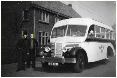 Bedfordbus van Autobusdienst F. van Asten : De noodcarrosserie is vervangen. 1.J. van Asten; 2. F. van Asten;