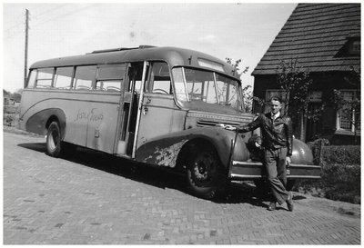 Chauffeur Jan Veldman voor de Whitebus van Autobusdienst F. van Asten. 1. Jan Veldman;