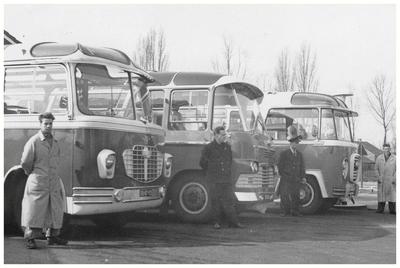 Autobusdienst F. van Asten : De drie touringcars van de fa van Asten geparkeerd voor de garage