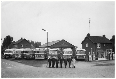 De chauffeurs Jan Geven, Harrie Wijnen, Harrie Sprankenis, Theu Bakermans, Rein Verhoeven en Toon Baten voor de Bussen van Busbedrijf van Asten (Autobusdienst F. van Asten). 1. Jan Geven; 2. Harrie Wijnen; 3. Harrie Sprankenis; 4. Theu Bakermans; 5. Rein Verhoeven; 6. Toon Baten;