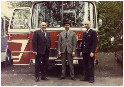 Autobusdienst F. van Asten. links: 1. onbekend; midden: 2. Jac van Asten dir. busbedrijf van Asten; rechts: 3. chauffeur Harrie Sprankenis;
