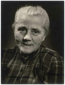 Mieke van Hooff-Lucas: *23-09-1886, +05-03-1971. Gehuwd met Jan van Hooff 1. Mieke van Hooff-Lucas;