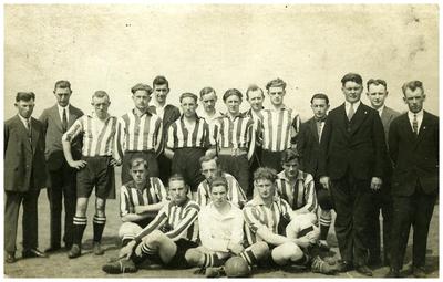 Voetbal elftal : staand 9 v. links scheidsrechter Driek Wijnen 15. scheidsrechter Driek Wijnen;