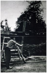 Houtzagerij: Houtzager Meusen met handmatig zagen van boom. 1. Sjef Meusen;