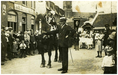 Kindsheids processie : gezeten op het paard Toontje lamers (vd Bosch) 1. Toontje Lamers;