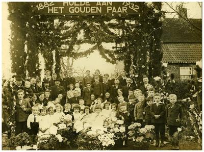50 jarige bruiloft : bruidspaar Antonie Lammers-Jaspers, hoek Hanendijk- B. van Houtstraat getrouwd 28-04-1882 26. Antonie Lammers; 27. Lammers-Jaspers;
