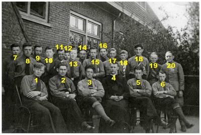 Jonge wacht : vooraan links, Jan van Cranenbroek, staand uiterst rechts, Compen en Bert Lammers 1. Jan van Cranenbroek; 20. Compen Lammers; 21. Bert Lammers;