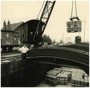 Kempische Zinkfabriek: haven zinkfabriek laden schip met lingots (zinkblokken). Op de voorgrond Sjang Beliën 1. Sjang Beliën;