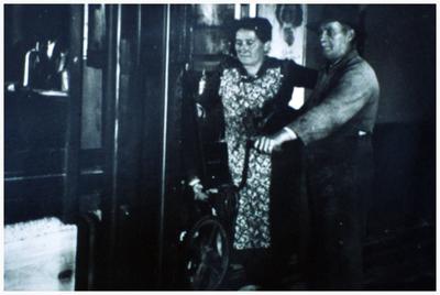 Cafe De Wielerbaan: Sjef Meusen (Sjefke de Zager) en zijn vrouw mevr. Broers 1. mevr. Broers; 2. Sjef Meusen;