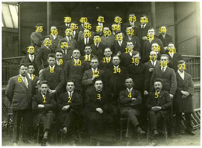 Groepsfoto: voor de kiosk bij Jan Sak. Zittend rechts Jan Deben (onderwijzer) staands 1e rij, 3e v.links Sjef Vlassak, Links boven Sjef Franssen, midden boven Willem Staals 5. Jan Deben (onderwijzer) 8. Sjef Vlassak; 39. Sjef Franssen; 41./42. Willem Staals;
