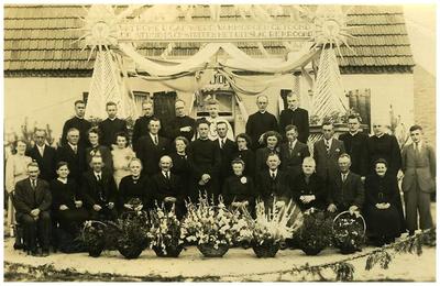 Neomist Pater Adrianus van Meijl : familiefoto priester gewijd in 1941, 1e H.mis in 1945 vanwege oorlog 18. Pater Adrianus van Meijl;