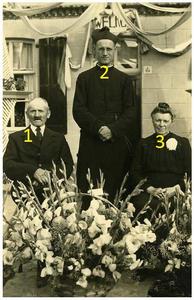 Neomist pater Adrianus van Meijl : * 11-02-1917 + Rome 2004 priester gewijd in 1941, 1e H.mis in 1945 vanwege oorlog samen met vader Embertus van Meijl *1876-+1966 en moeder Joanna Smitz *1879 - +1948 1. Embertus van Meijl; 2. pater Adrianus van Meijl; 3. Joanna Smitz;