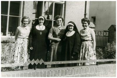 Leerkrachten St. Jozefkleuterschool, voorkant kleuterschool, naast bakker van Winkel