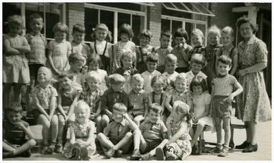 Kleuterklas St. Jozefschool, met juffrouw Lies Kok