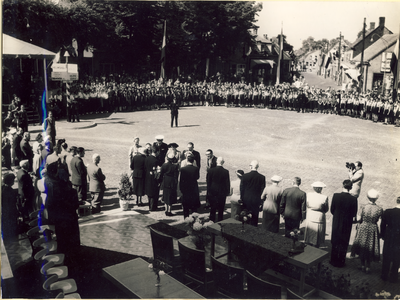 Serie van 41 foto's van het bezoek van Koningin Juliana en Princes Beatrix, op 23-06-1951 op zaterdagmiddag om 3.00 aan Asten, in het kader van de industriële betrekkingen van klokkengieterij Eijsbouts met de Nederlandse Antillen. Curaçao in dit geval had een beiaard besteld waarvan Koningin Juliana de naamgeving  kwam onthullen. De vier koningskinderen genaamd werd daarna bespeeld door de heer Ferdinand Timmermans stadsbeiaardier van Rotterdam, die twee Curaçaose volksliederen ten gehore bracht. Later gevolgd door Nederlandse volksliederen, waaronder het Wilhelmus. Terwijl burgemeester Ploegsmakers zijn echtgenote en de eigenaren van Klokkengieterij, directeuren en gebroeders, Max en Tuur Eijsbouts zich over de Koningin ontfermde werden de hooggeplaatste gasten verwelkomt door wethouder van Goch, namens de gemeente. Dit waren o.a Ir. L.A.H. Peters, Minister van Uniezaken en Overzeese Gebieden. De Heer dr. N.Debrot, vertegenwoordiger van de Nederlandse Antillen. De Heer J.W. vermeulen, secretaris van de stichting Culturele Samenwerking. De heer Quay, Commissaris van de koningin Noord Brabant,  Eerst kamerlid, H. van Velthoven, vergezeld door griffier V. van Amstel, Oud minister van staat, J. van Schaik, H. van Slobbe oud gouverneur van Curaçao. ( Deze kende Asten al goed omdat hij tijdens de tweede wereldoorlog onder gedoken had gezeten bij Pastoor Arnold van Asten in Heusden.) Pater J van Heugten S.J. Astenaar van geboorte. En meerdere buitenlandse notabelen die deze betrekkingen een warm hart toe droegen. Naamsaanduiding: De vier klokken van de beiaard symboliseren, de vier namen van de Prinsessen, Beatrix, Irene, Margriet, en Marijke (Later Christina) En de verbondenheid van Nederland met de Nederlandse Antillen.