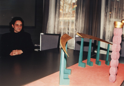 Ontwerper Jan Samson en de maquette / het ontwerp van het  kunstwerk