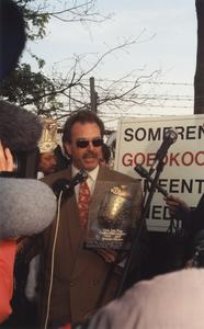 Hans Böhm houdt een toespraak.